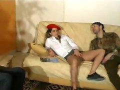 Une voisine se retrouve sur le canapé prise par la bouche et le minou ! En attendant la double pénétration