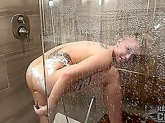 College cutie in the shower shaves her glorious pussy