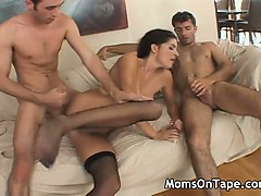 Blackhaired mom in a threesome